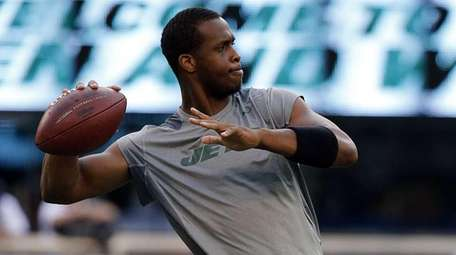 Jets quarterback Geno Smith warms up before the