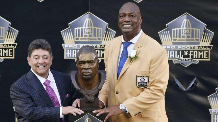 Charles Haley poses with his bust with presenter