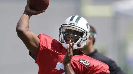 New York Jets quarterback Geno Smith (7) throws
