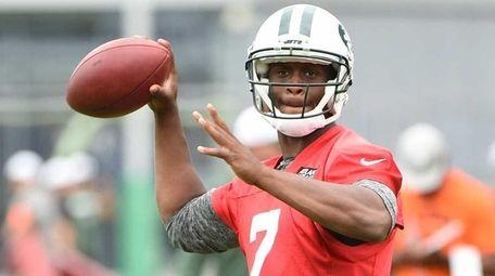 New York Jets quarterback Geno Smith (7) looks