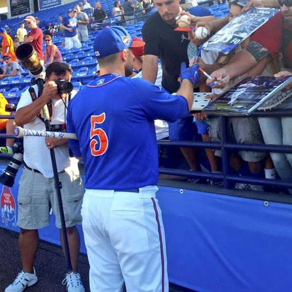 New York Mets player David Wright signs autographs
