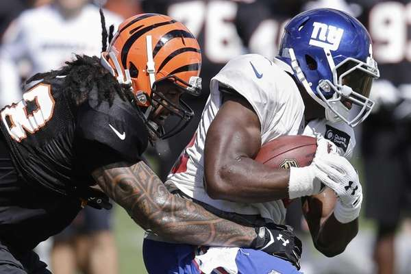 Cincinnati Bengals linebacker Rey Maualuga, left, tries to