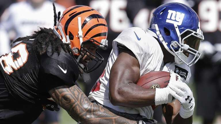 Cincinnati Bengals linebacker Rey Maualuga, left, tries to