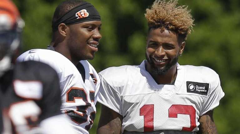 Cincinnati Bengals halfback Jeremy Hill, center left, and