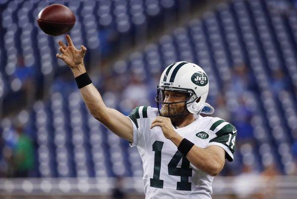 New York Jets quarterback Ryan Fitzpatrick warms up