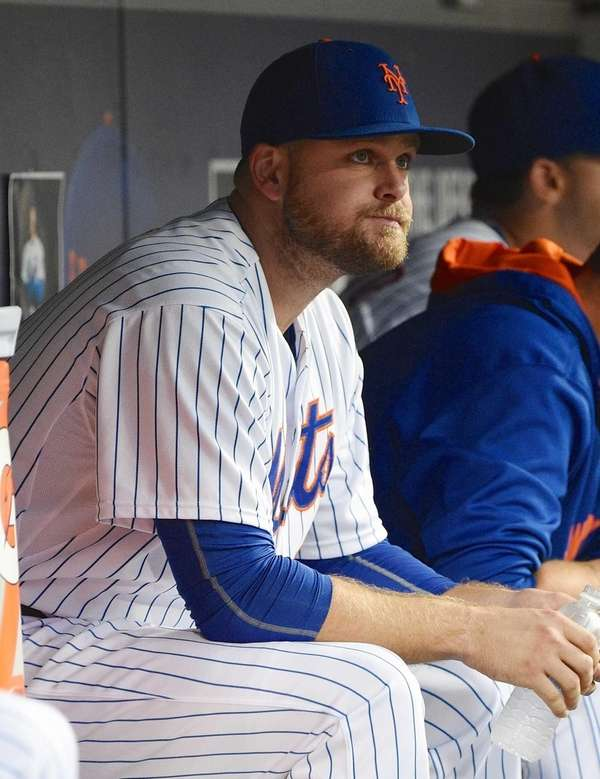 New York Mets first baseman Lucas Duda looks