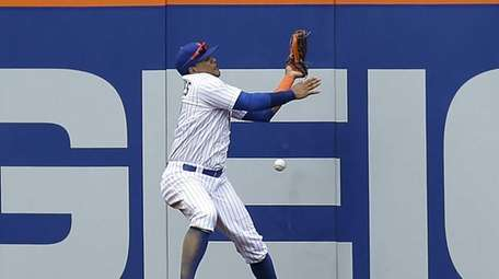 New York Mets centerfielder Juan Lagares can't catch