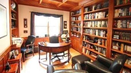 The Huntington Colonial features a library that also