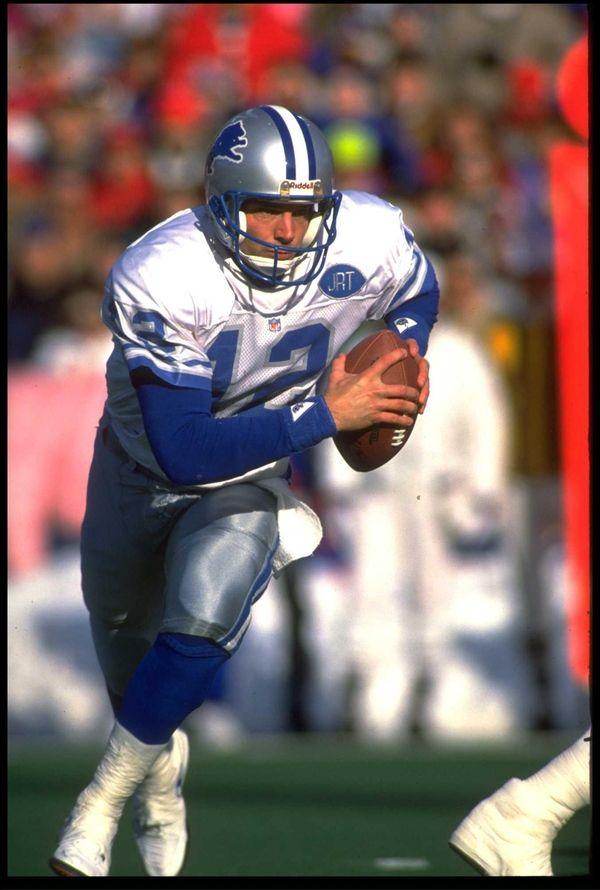 Detroit Lions quarterback Erik Kramer scrambles away from