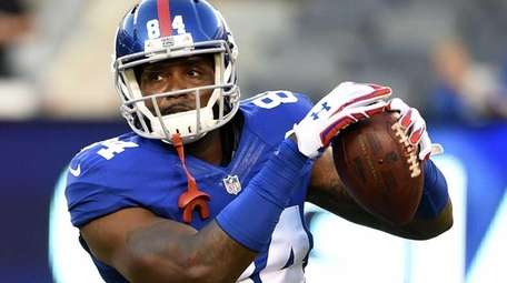 New York Giants tight end Larry Donnell warms