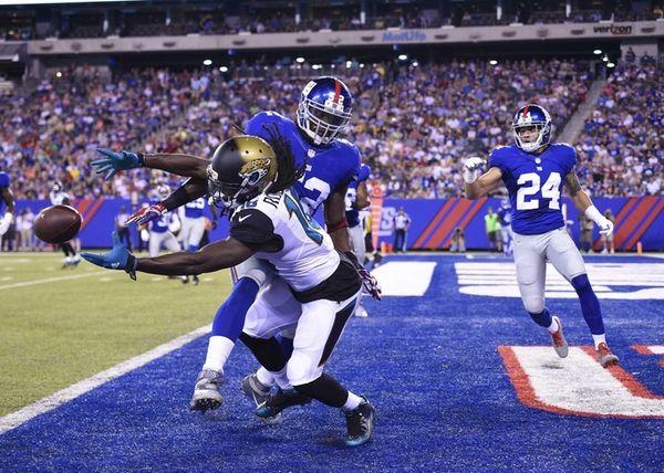 New York Giants middle linebacker Jon Beason breaks