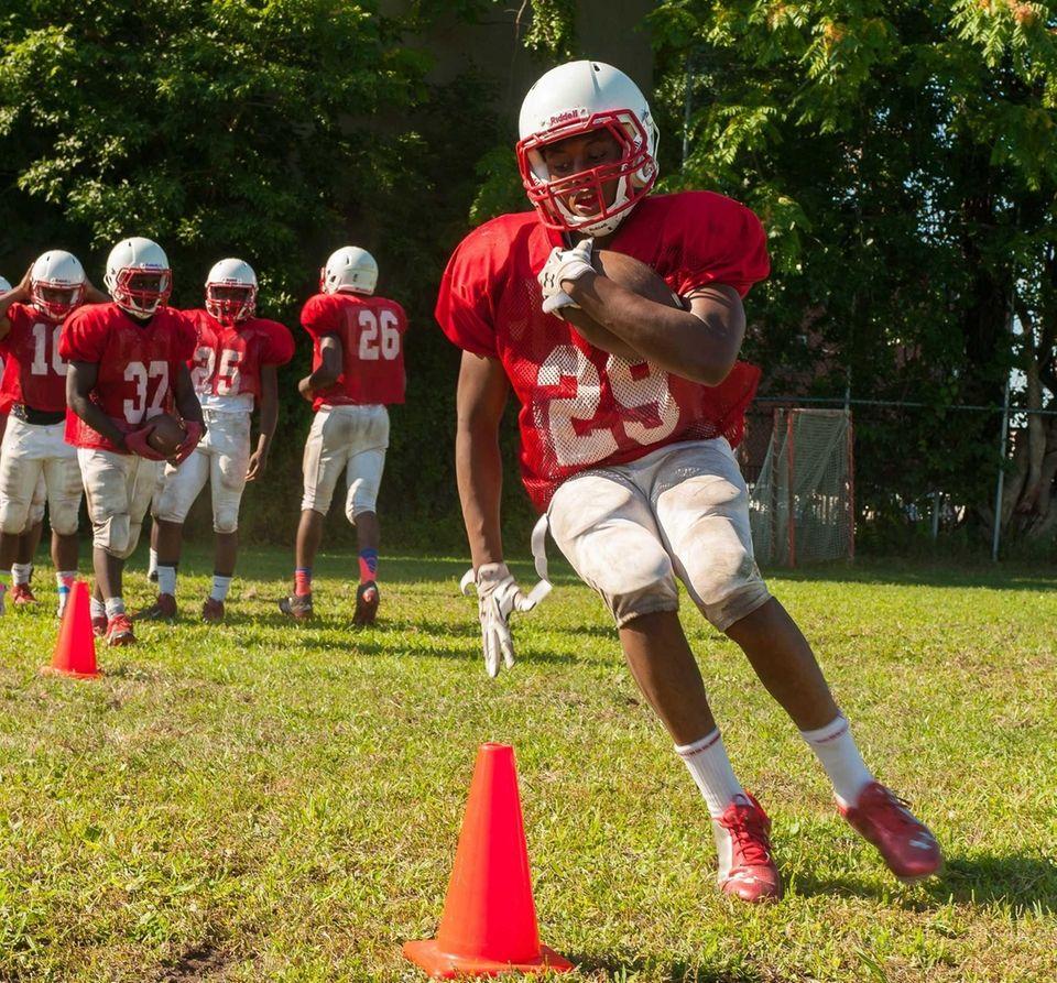 Freeport's Damon Spence practices for the 2015 football