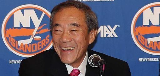 New York Islanders owner Charles Wang speaks with