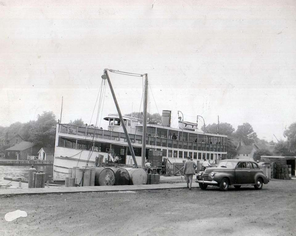 The Ocean Beach ferry docks in 1944 at
