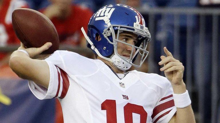 New York Giants quarterback Eli Manning warms up