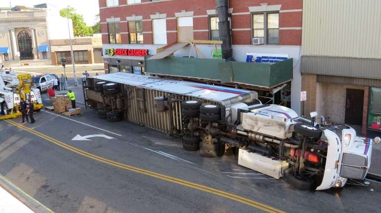 The driver of this tractor-trailer, which was hauling