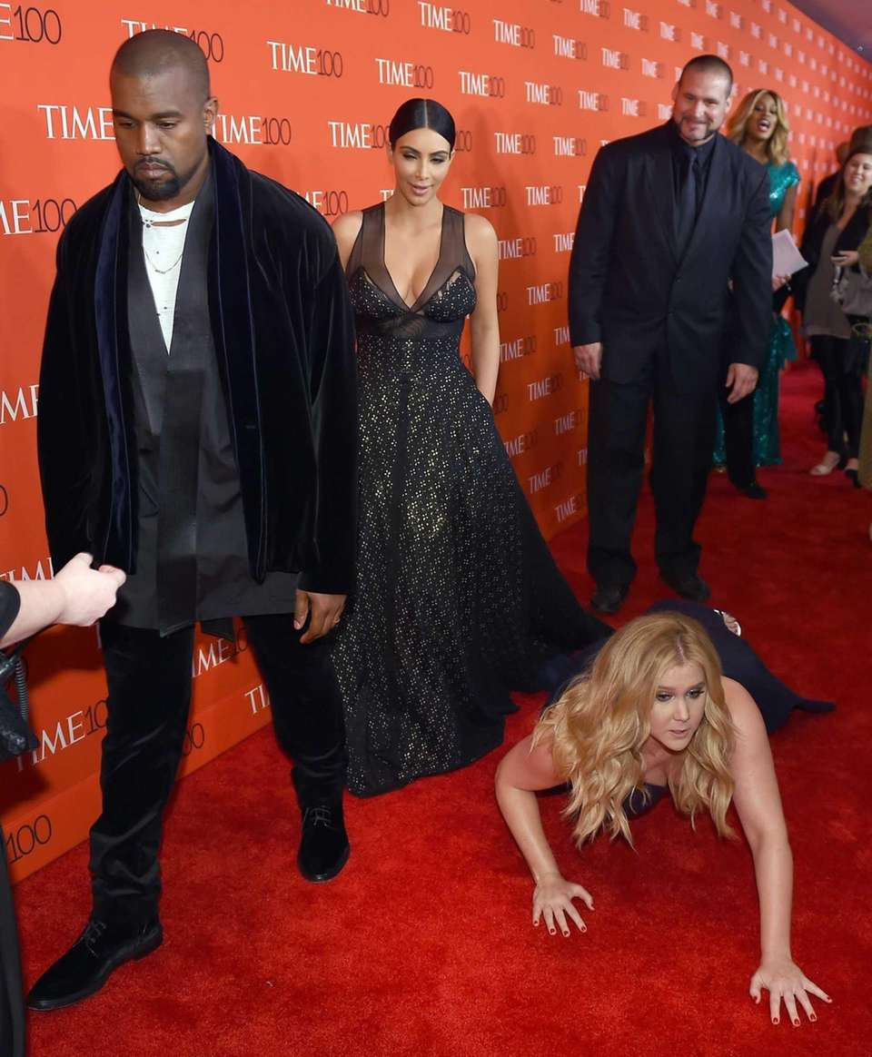 Amy Schumer pretends to trip and fall in