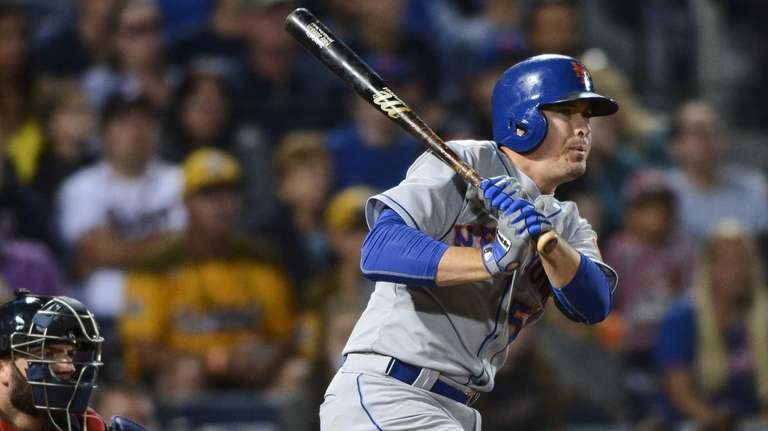 New York Mets' Kelly Johnson drives in the