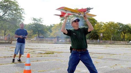 Tony Simonetti prepares to throw the Scat Cat