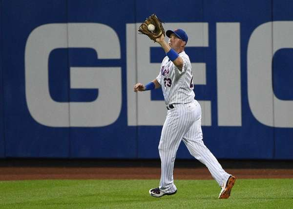 New York Mets right fielder Michael Cuddyer makes