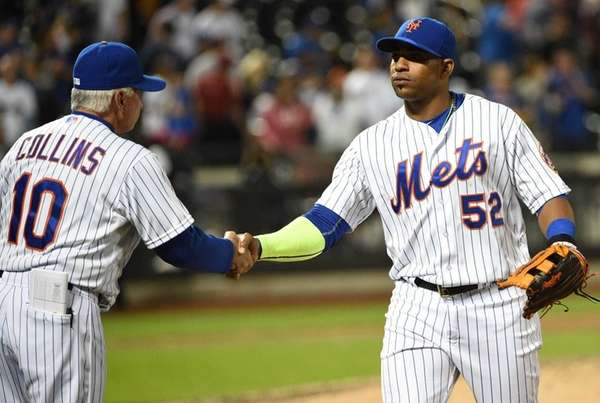 New York Mets manager Terry Collins shakes hands