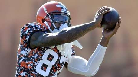 Then-Cleveland Browns wide receiver Terrelle Pryor catches a
