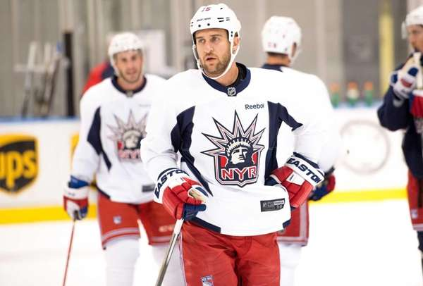 New York Rangers left wing Tanner Glass (15)