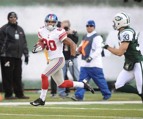 New York Giants wide receiver Victor Cruz scores