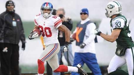 New York Giants wide receiver Victor Cruz scores