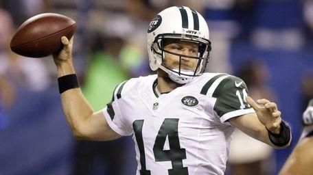 New York Jets quarterback Ryan Fitzpatrick (14) throws