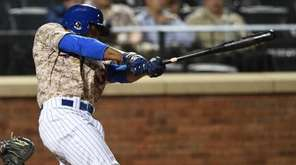 New York Mets rightfielder Curtis Granderson doubles against