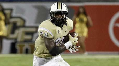 Central Florida's William Stanback carries the ball against