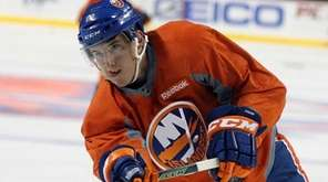 The Islanders' Ryan Strome lifts puck the toward
