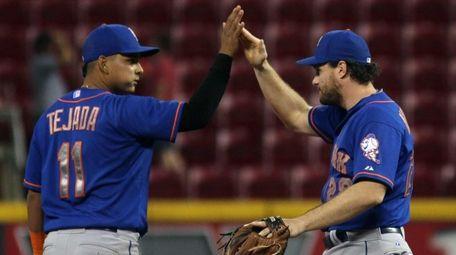 The New York Mets' Daniel Murphy gets congratulated