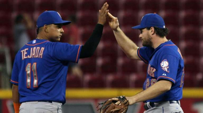 The New York Mets' Daniel Murphy gets congratulated