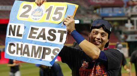 New York Mets' Wilmer Flores holds up a