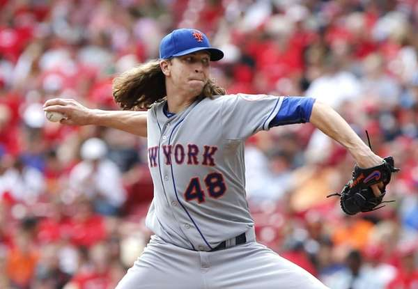 New York Mets starting pitcher Jacob deGrom throws