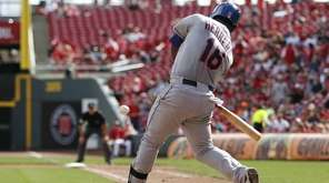 New York Mets' Dilson Herrera (16) hits a