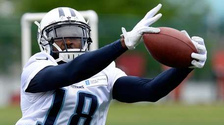 Tennessee Titans wide receiver Hakeem Nicks (18) catches