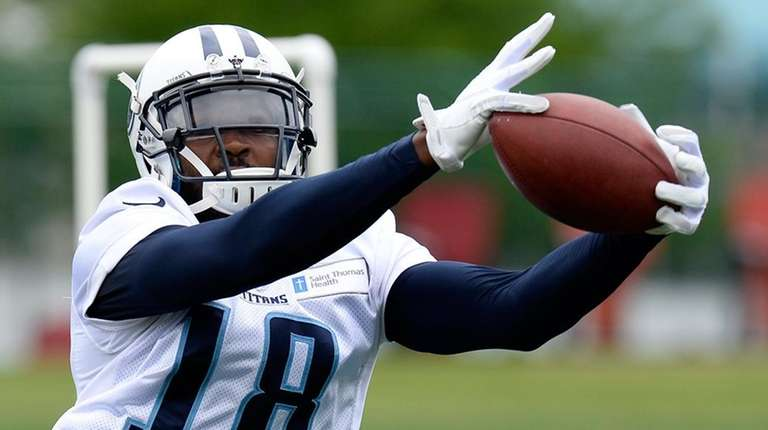 Tennessee Titans wide receiver Hakeem Nicks (18) catches