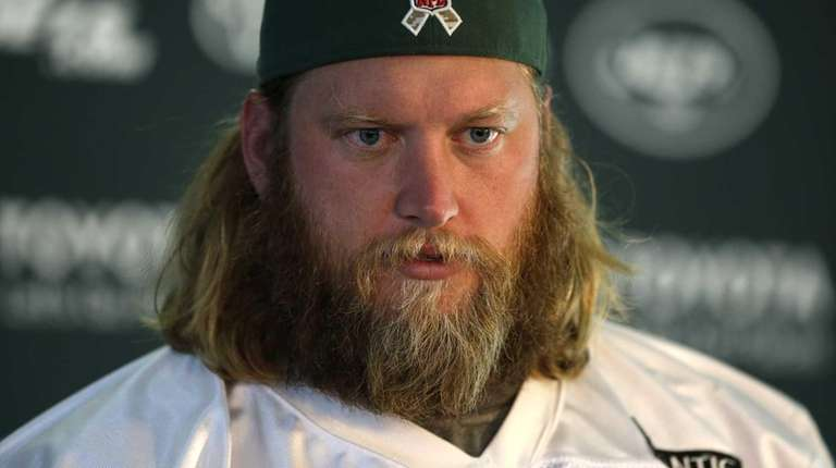 New York Jets center Nick Mangold gives a