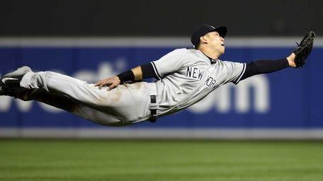 New York Yankees second baseman Rob Refsnyder dives