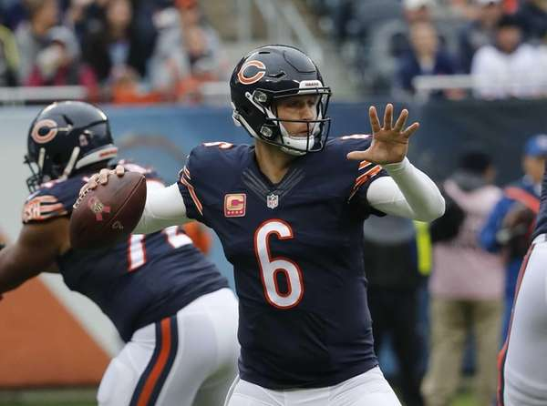 Chicago Bears quarterback Jay Cutler (6) throws a