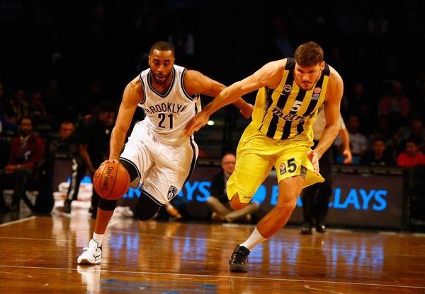 Wayne Ellington of the Brooklyn Nets drives against