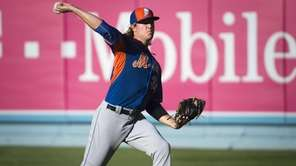 New York Mets pitcher Noah Syndergaard warming up