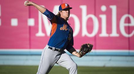 New York Mets pitcher Noah Syndergaard warming up
