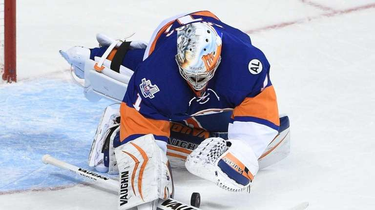 New York Islanders goalie Thomas Greiss makes a