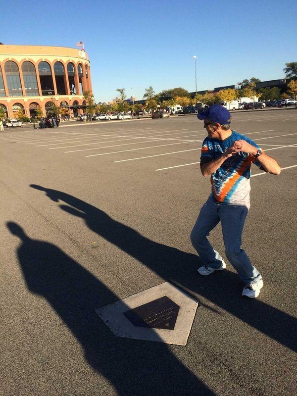 Mets fan Joe Buchalski pretends to Carlos Beltran