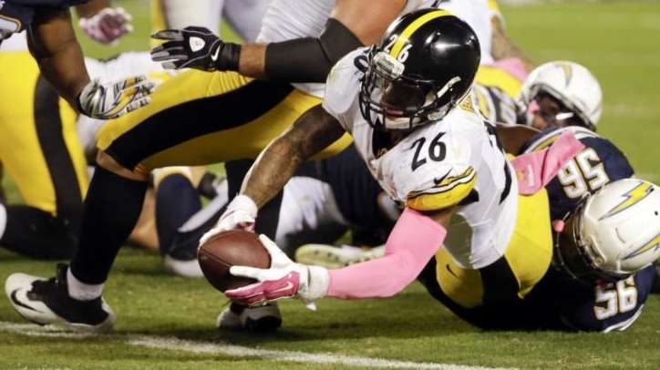 Pittsburgh Steelers running back Le'Veon Bell scores a