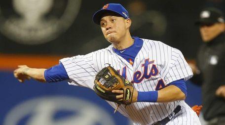 New York Mets shortstop Wilmer Flores makes the